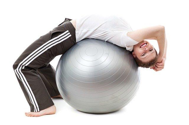 cvičení na gmnastickém míči