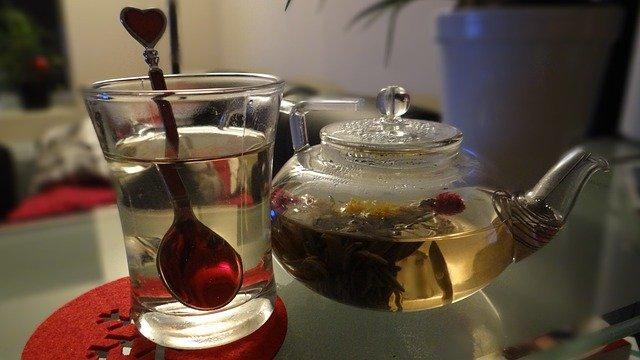 kvetoucí čaj v konviččce