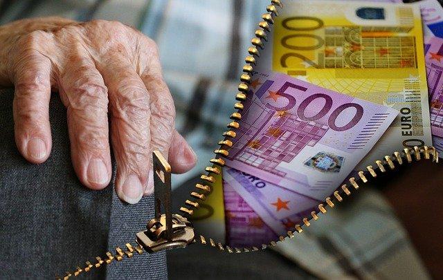 senioři a peníze.jpg