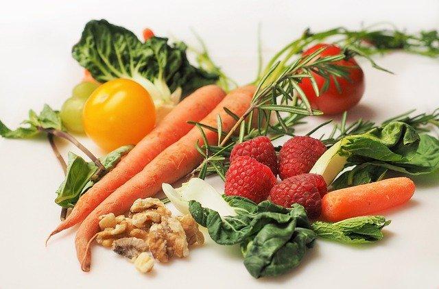 zelenina s ovoce a ořechy