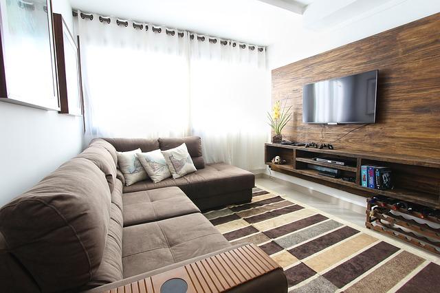 dřevěná stěna za tv