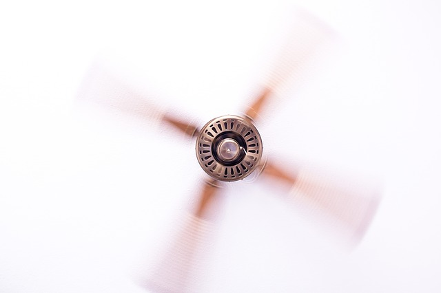 roztočený stropní ventilátor