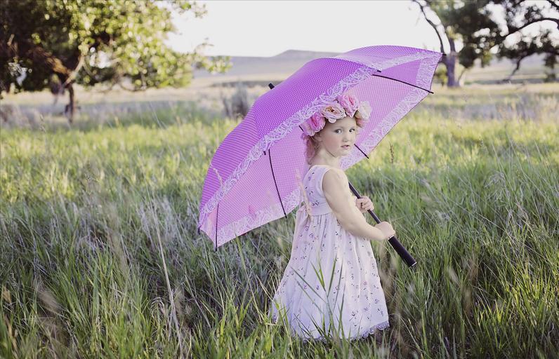 holčička s velkým fialovým deštníkem