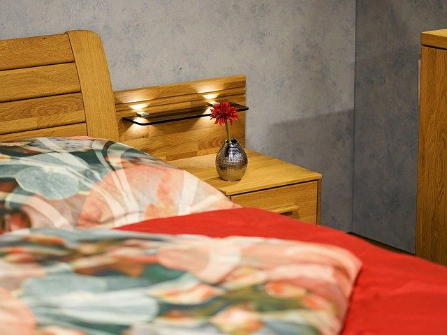 dřevěná postel + stolek