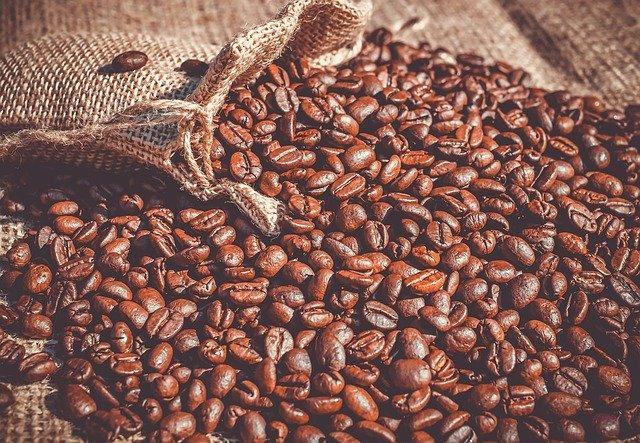 hromada zrnek kávy