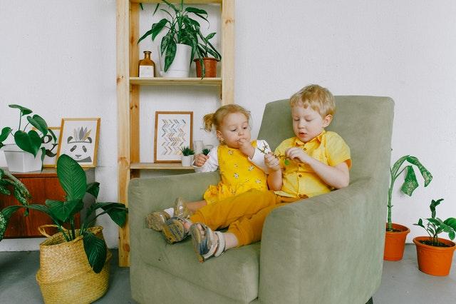 děti na křesle, pokoj